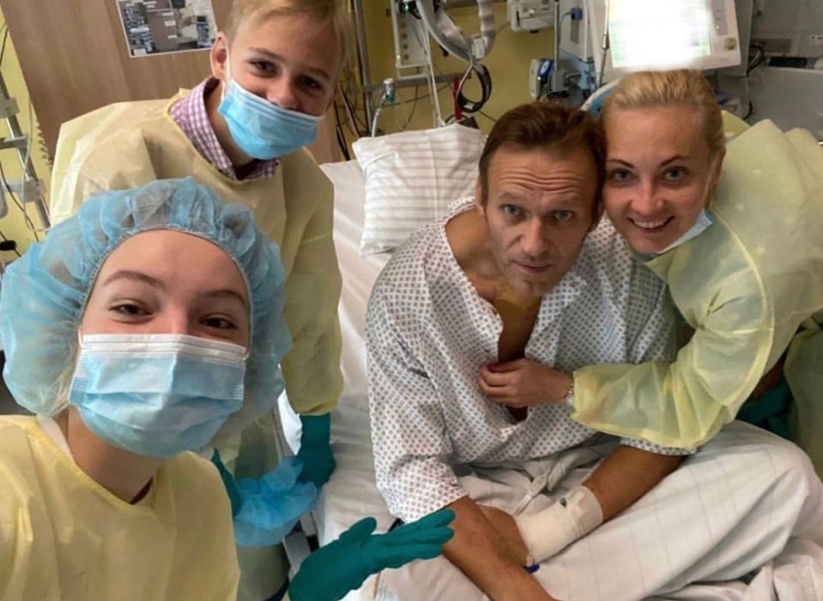 «Привет, это Навальный»: оппозиционер опубликовал фото из клиники в Instagram