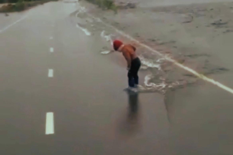 В Биробиджанском районе река Бирушка вышла из берегов. Топит дорогу и посадки (ВИДЕО)