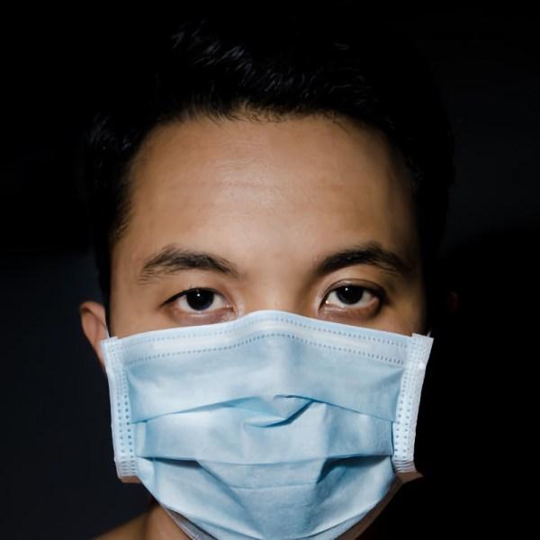 """""""Синей или белой"""": какой стороной внутрь носить медицинскую маску"""