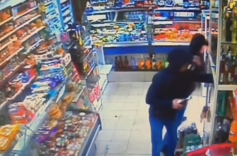 «Mamma Mia!»: в Биробиджане пьяная компания в разгар веселья дважды ограбила магазин и даже успела продать украденные сигареты