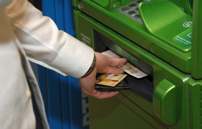 Сотрудница банка в Биробиджане проморгала свои деньги в банкомате