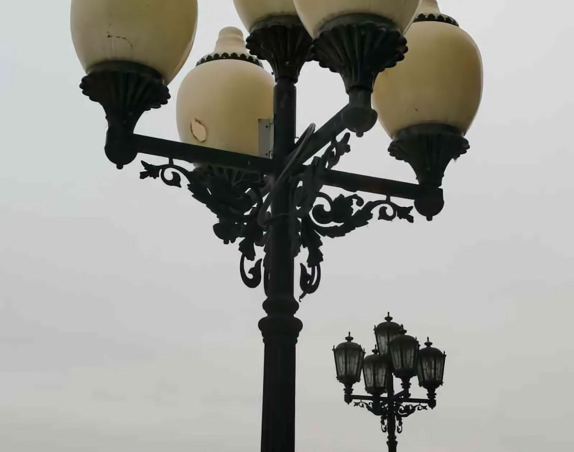 На Театральной площади в Биробиджане мэрия решила заменить плафоны фонарей и установить светодиодные лампы