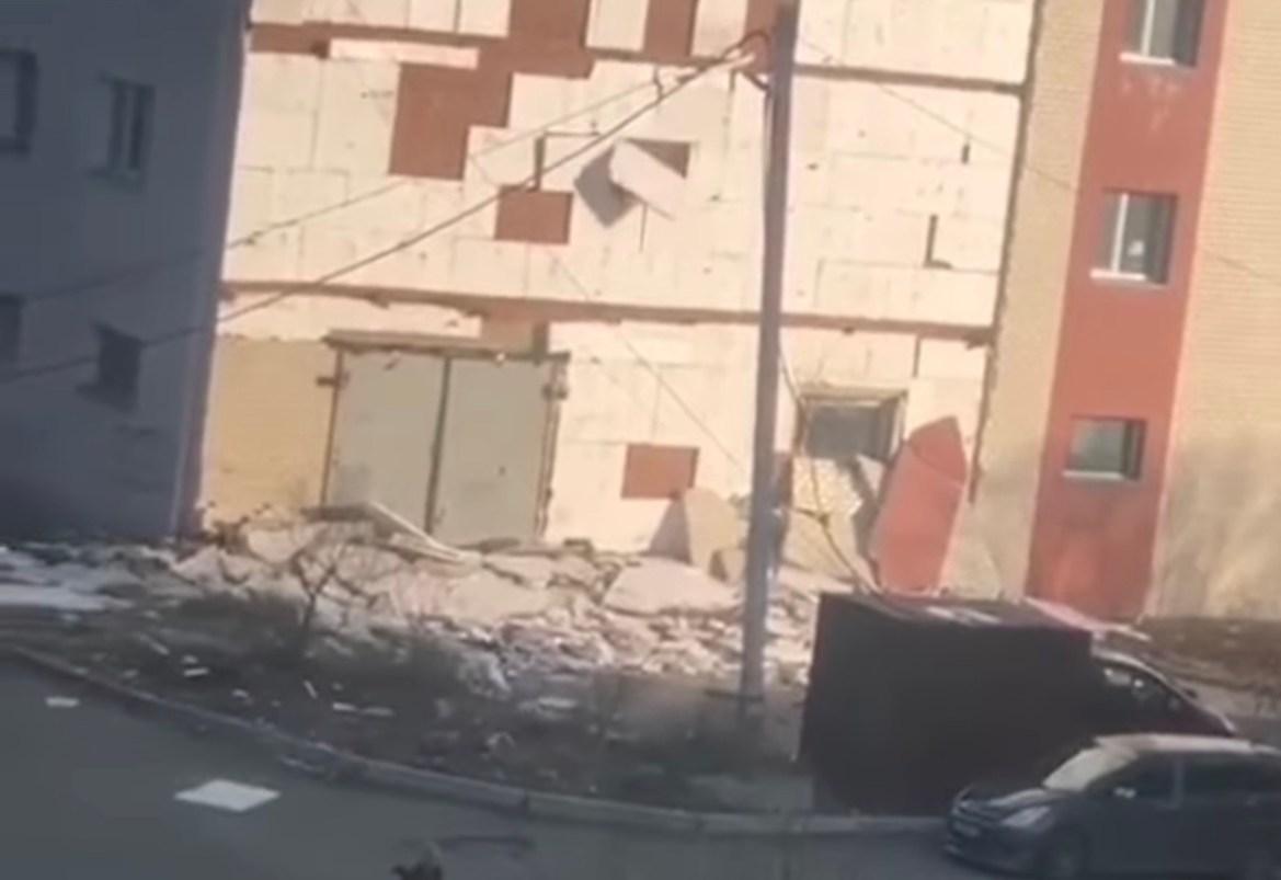 Следком проводит проверку по факту обрушения фасадной плитки на здании в Биробиджане