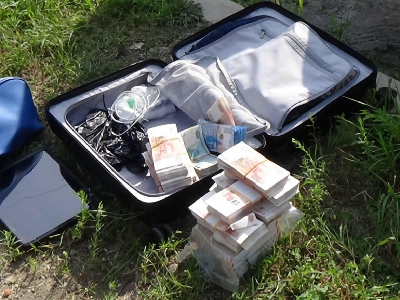 Чемодан с 15 миллионами рублей забыл во дворе дома торопившийся в командировку биробиджанец