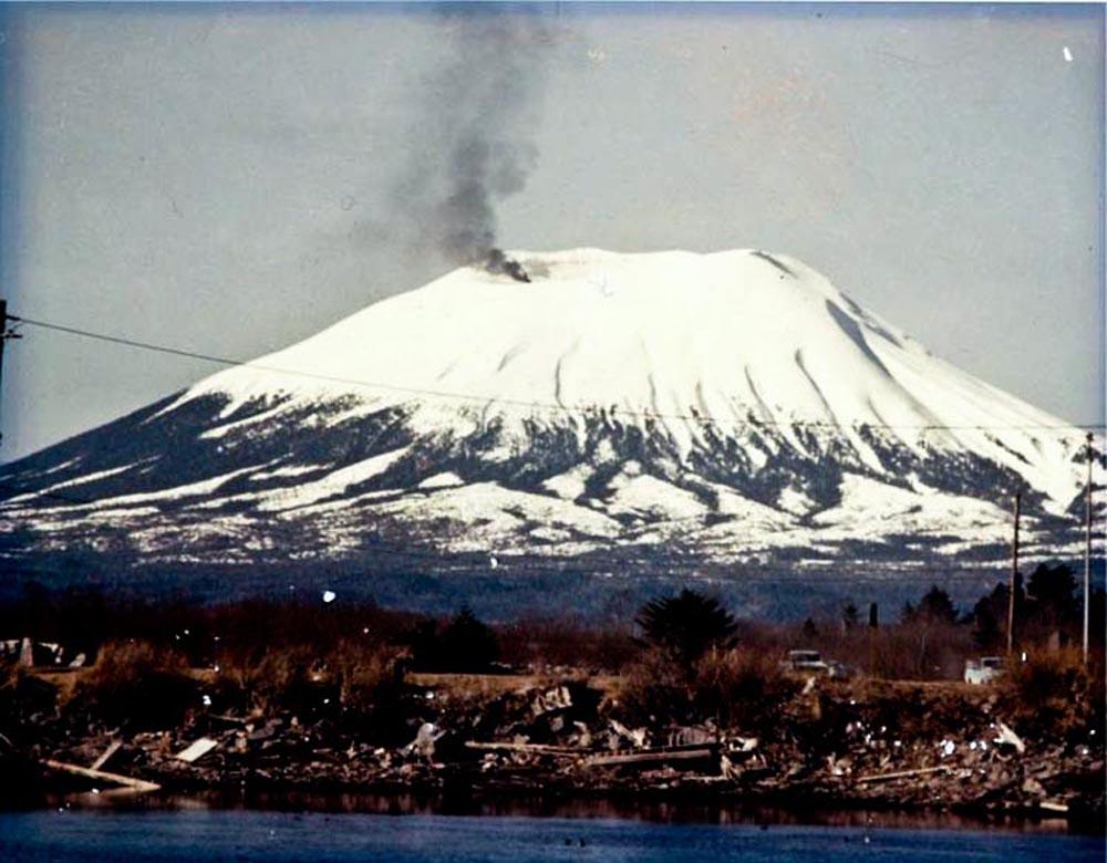 """Три года парень таскал покрышки на вулкан, чтобы разыграть целый город на 1 апреля 1974 г. Фальшивое извержение вулкана Эджко́м (англ. Edgecumbe)  Первоапрельская шутка удалась: город в панике, вулкан - извергается! Не зря Оливер три года таскал покрышки на потухший вулкан. Однако после фальшивого извержения произошло настоящее, но уже никто не поверил - """"опять розыгрыш!"""" - подумали люди"""