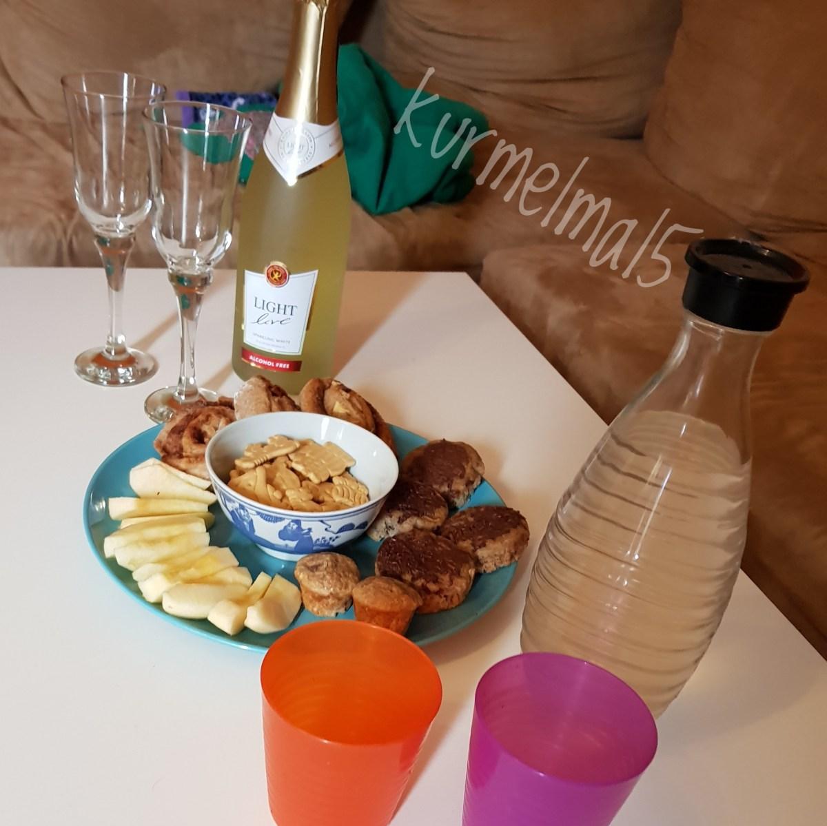 Snacks und alkoholfreier Sekt für uns Mamas