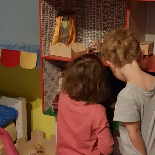 Kinder, Spiel, Puppenhaus
