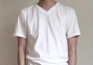 似合うVネックの白Tシャツ