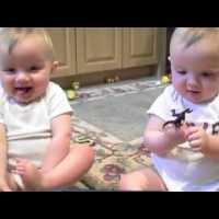 おすすめ赤ちゃん動画*パパのクシャミを全力でからかう!
