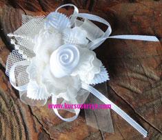 Korsase putih dengan tule