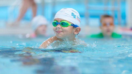 anak berenang