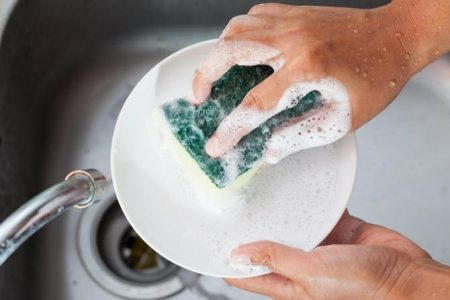 mencuci piring