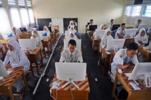 pelajar sedang ujian nasional