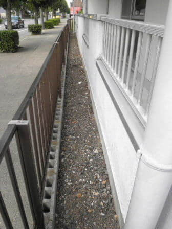 草引きで雑草を駆除したマンション敷地内の様子 トリプルエス 大阪