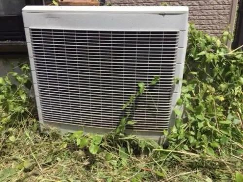エアコンの室外機に雑草が蔓延れば電気代が嵩んでしまう