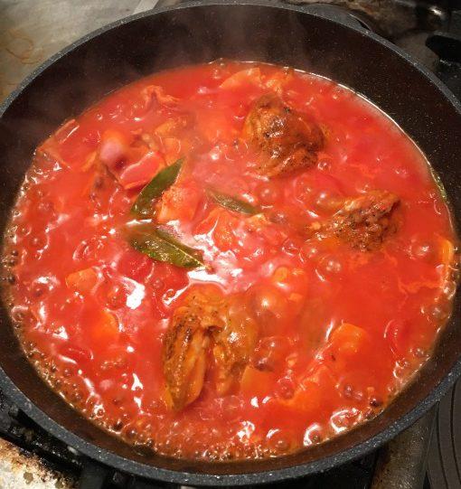 グツグツとトマトソースを煮る