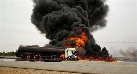 انقلاب ناقلة وقود وانفجارها ومصرع (3) أشخاص