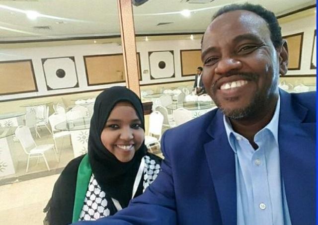 سيلفي المخرج السوداني مع ابنته التي جمدت عاما في الجامعة لتحفظ القران ينال اعجاب مرتادي مواقع التواصل