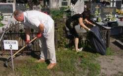 odnawiają i sprzątają groby