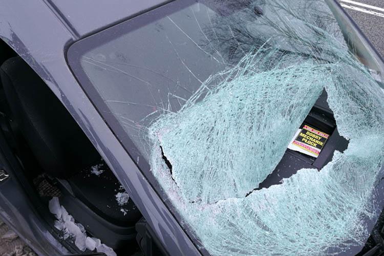 Sopel z naczepy uszkodził samochód i ranił pasażerów