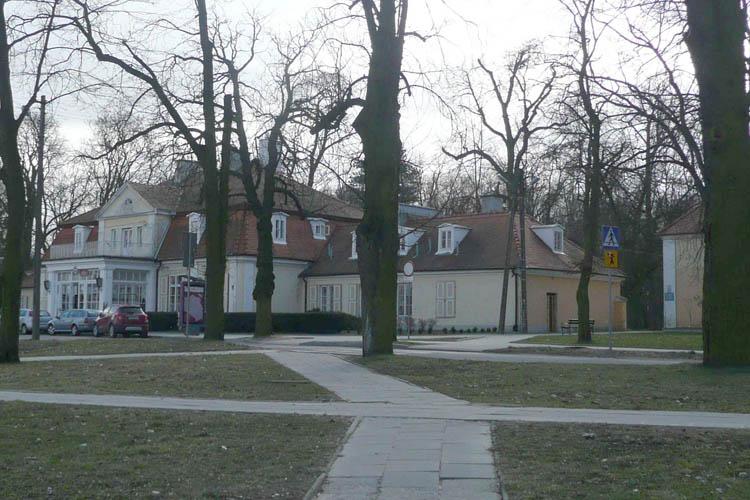Zamknięte główne wejście do Parku Wiosny Ludów