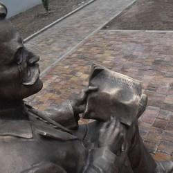 Krzesełko z dr Troczewskim - najładniejszy pomnik w Kutnie
