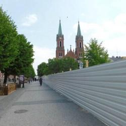 Plac Wolności w całości już za wysokim murem