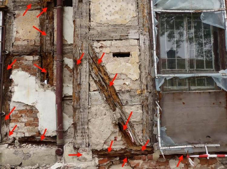 Bardzo poważne uszkodznie zastrzału i podwaliny - zewnętrzny narożnik ściany południowej