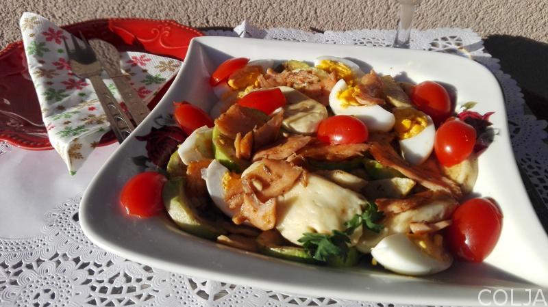 salata sa dimljenim lososom