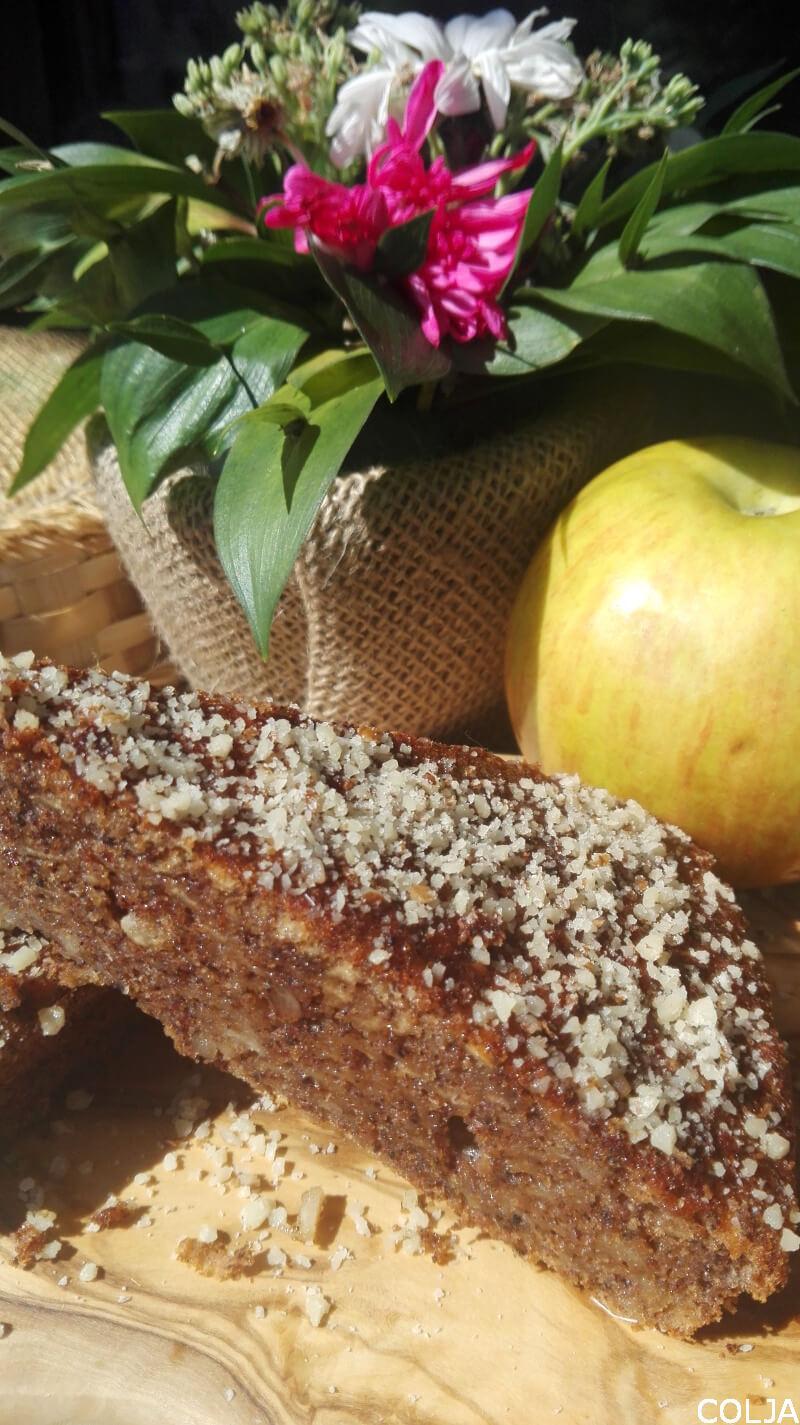 Kolač sa rogačem i jabukama