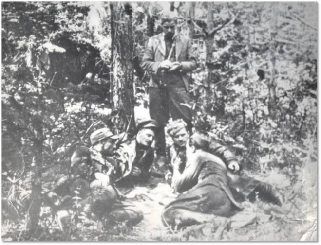 """Lasy Janowskie, czerwiec 1944 r. – od lewej Marian Szymański """"Podkowa"""" z oddz. """"Ojca Jana"""", Iwan Jakowlew, Mikołaj Kunicki """"Mucha"""", Franciszek Przysiężniak """"Ojciec Jan"""", stoi Marian Mizgalski """"Wrona"""" ogniomistrz z oddz. """"Ojca Jana"""""""