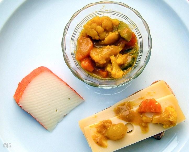 Schaaltje piccalilly met een stukje kaas en een boterham met kaas en pickles