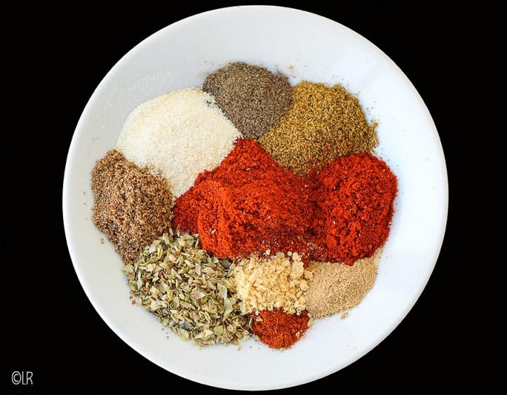 Schaaltje met de ingrediënten van de chili con carne kruidenmix.