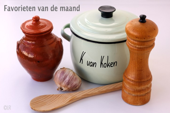 Een emaille pannetje met een aardewerken kruikje, teentje knoflook, houten lepel en pepermolen. Zomaar wat attributen uit mijn keuken.