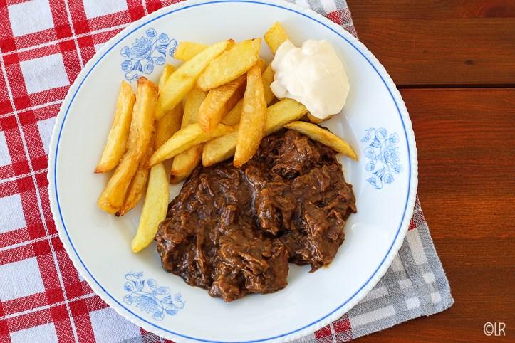 Bordje met de Vlaamse klassieker: stoofvlees, friet en mayo
