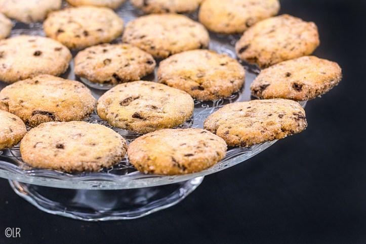 Schaal met zandkoekjes gevuld met gekonfijte gember en pure chocolade.