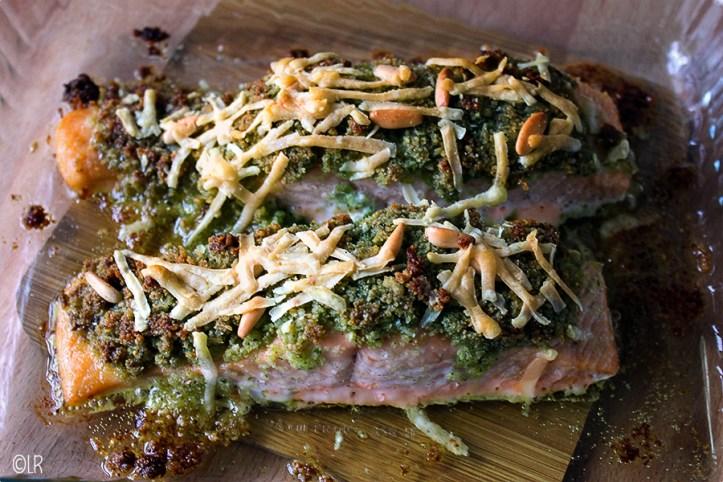 Even in de oven gluren... Heerlijke zalmmoot met een korst van pesto, pijnboompitten, paneermeel en Parmezaanse kaas.