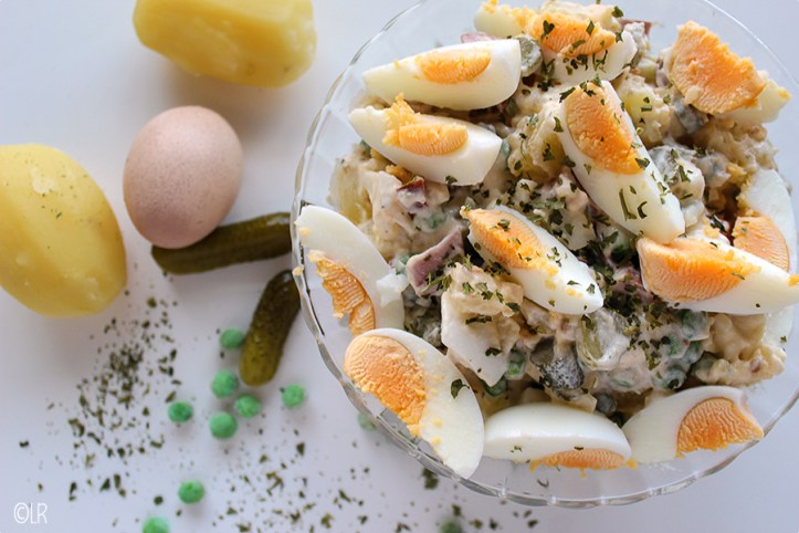 Heerlijk fris-zure aardappelsalade, snel gemaakt en lekker bij de barbecue of als lunch.