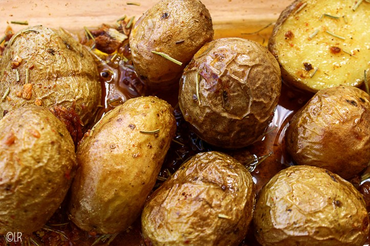 Heerlijk geroosterde aardappeltjes in olie met knoflook en rozemarijn.