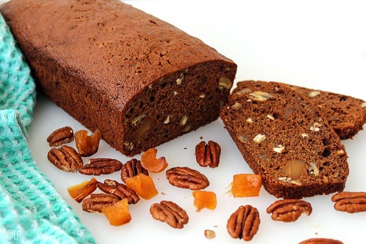 Rijkgevulde koek met eigengemaakte stemgember en pecannoten.