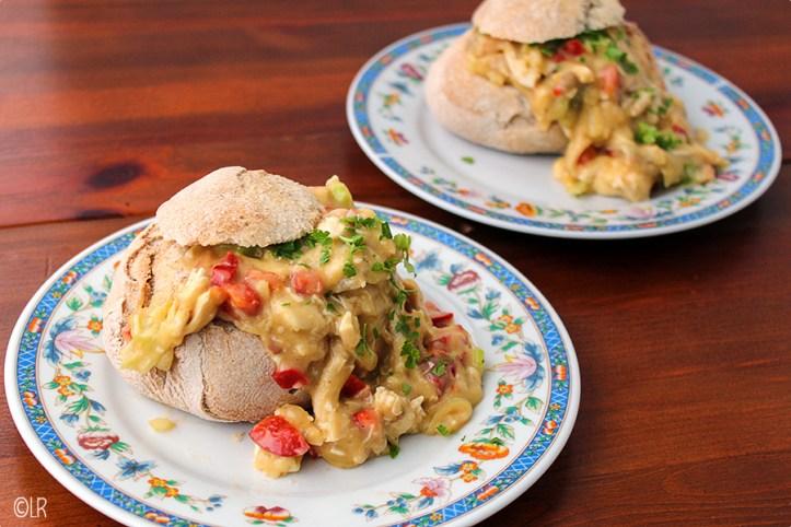 Rijkgevuld broodje met kippenragout met kerrie en veel verse groenten.