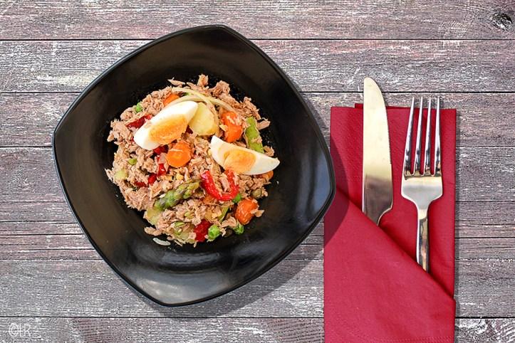 Salade van tonijn met heel veel verse groenten en aardappeltjes.