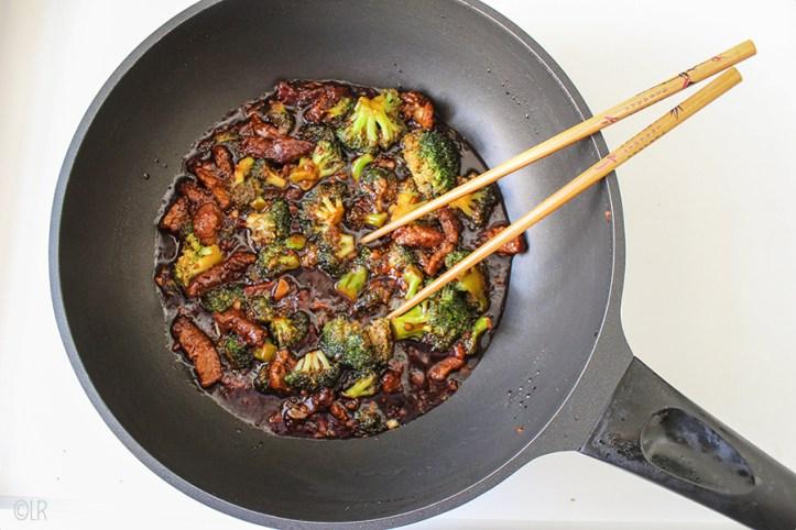 Wok met runderreepjes en broccoli in ketjap saus.