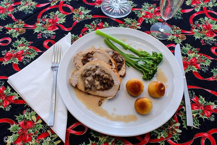 Plak kalkoenborst gevuld met een duxelle van paddenstoelen en paté, overgoten met champagneroomsaus met aardappelkroketjes en bimi.