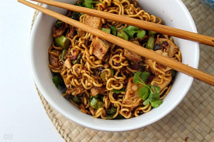 Oosterse maaltijd van gewokte noodles met kalkoen en groenten