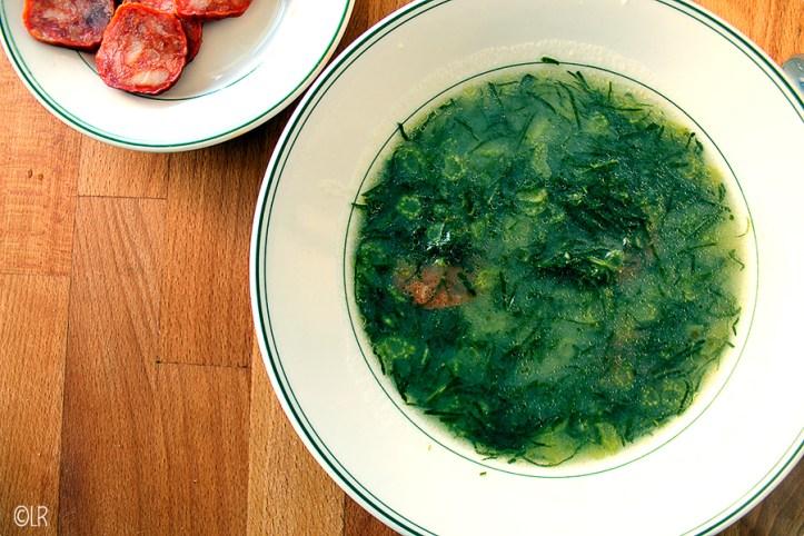 De beroemde groene soep uit Portugal gemaakt van couve galega of boerenkool.