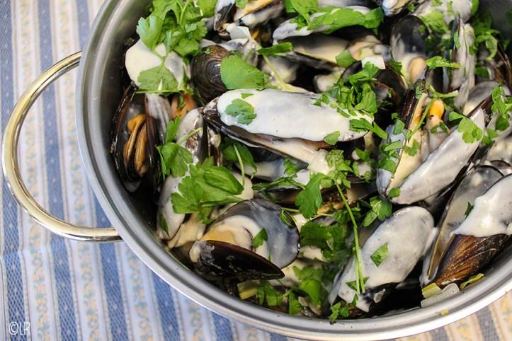 Pan gekookte mosselen met een heerlijke knoflook-roomsaus en platte peterselie.