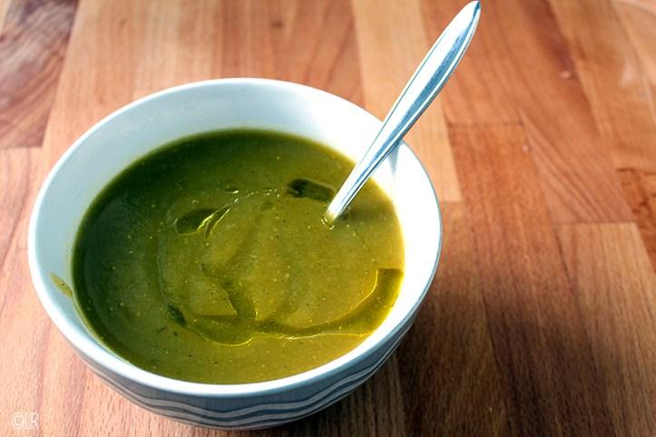 Kommetje gladde romige groentesoep uit Portugal met een scheutje olijfolie.