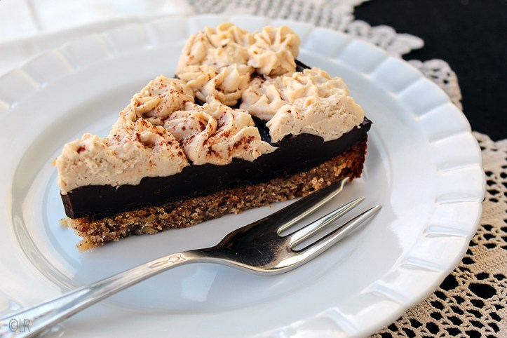 Een notenbodem, chocolade ganache en mokka-mascaponecrème. Allemaal koolhydraatarm.