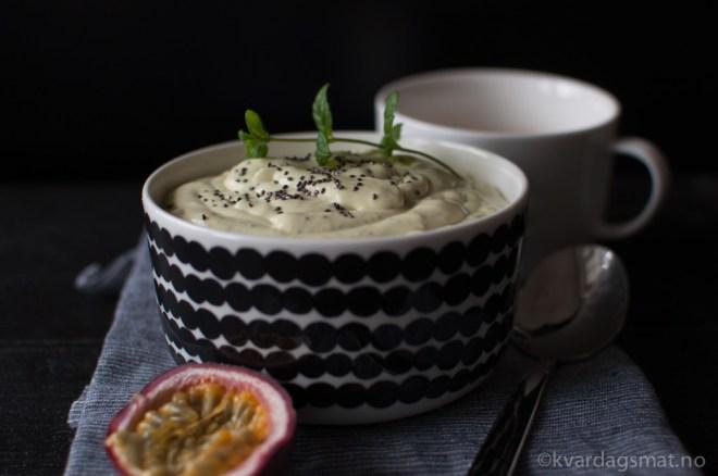 Smoothie-bowl med pasjonsfrukt og chiafrø